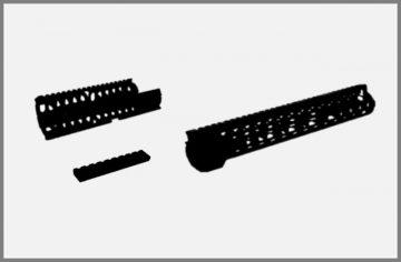 Schienen, Fässer und Teile
